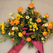 Grabschmuck, Gesteck orange-gelb, Rosen, Chrysanthemen
