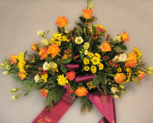 Trauerfloristik Grabschmuck, Gesteck orange-gelb, Rosen, Chrysanthemen