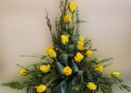 Grabschmuck, winterliches Gesteck, gelbe Rosen