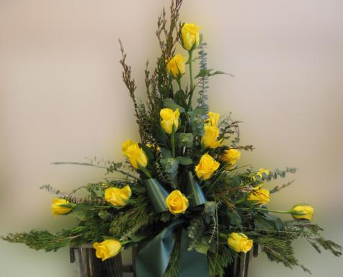 Trauerfloristik Grabschmuck, winterliches Gesteck, gelbe Rosen