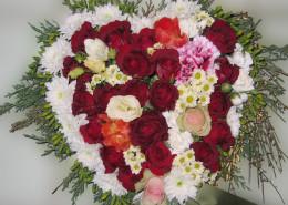 Grabschmuck Kissen Herzform, Rosen, Chrysanthemen, rot-weiß