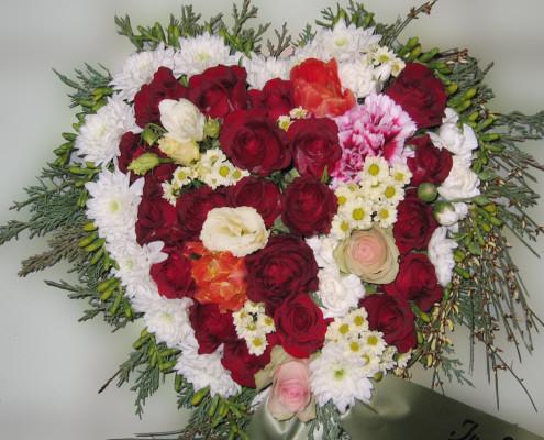 Trauerfloristik Grabschmuck Kissen Herzform, Rosen, Chrysanthemen, rot-weiß