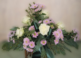 Grabschmuck, Gesteck Winter, Rosen, Chrysanthemen, rosa-weiß