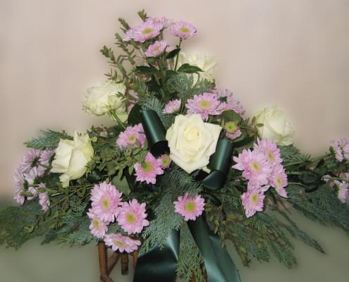 Trauerfloristik Grabschmuck, Gesteck Winter, Rosen, Chrysanthemen, rosa-weiß