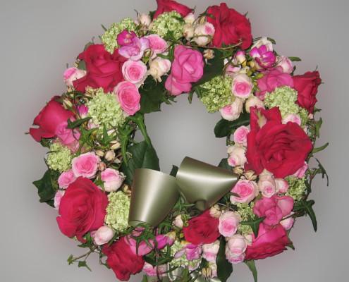 Trauerfloristik Grabschmuck, Kranz, Rosen, Hortensien, rosa-rot