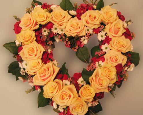 Trauerfloristik Grabschmuck Kranz Herzform, Rosen, orange-rot