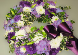 Grabschmuck Kranz lila-weiß, Hortensien, Chrysanthemen, Eustoma