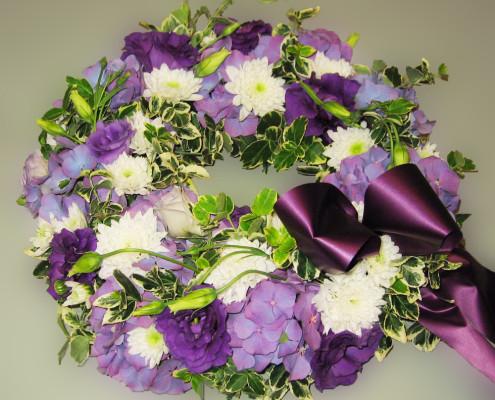 Trauerfloristik Grabschmuck Kranz lila-weiß, Hortensien, Chrysanthemen, Eustoma