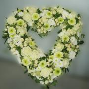 Grabschmuck Kranz Herzform, Rosen, Chrysanthemen, weiß