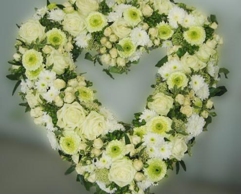 Trauerfloristik Grabschmuck Kranz Herzform, Rosen, Chrysanthemen, weiß