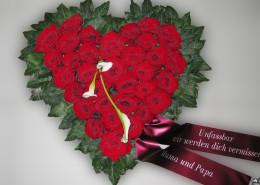 Grabschmuck Kissen Herz, rote Rosen, Calla, rot, weiß