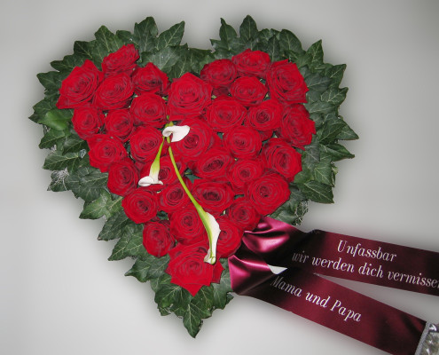 Trauerfloristik Grabschmuck Kissen Herz, rote Rosen, Calla, rot, weiß