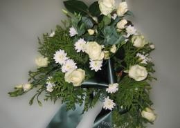 Grabschmuck Gesteck weiß-creme, Rosen, Chrysanthemen