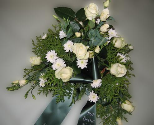 Trauerfloristik Grabschmuck Gesteck weiß-creme, Rosen, Chrysanthemen
