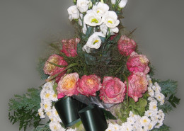 Grabschmuck Gesteck aufrecht, rosa-weiß, Rosen, Chrysanthemen, Eustoma