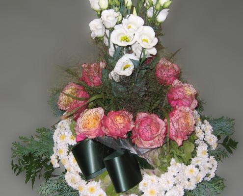 Trauerfloristik Grabschmuck Gesteck aufrecht, rosa-weiß, Rosen, Chrysanthemen, Eustoma