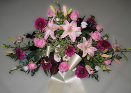 Grabschmuck Gesteck, Lilien, Rosen, Dahlien, rosa, violett