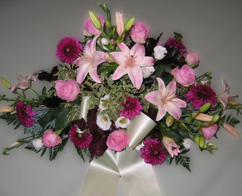 Trauerfloristik Grabschmuck Gesteck, Lilien, Rosen, Dahlien, rosa, violett