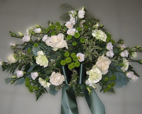 Trauerfloristik Grabschmuck, Gesteck weiß-grün, Rosen, Nelken, Eustoma