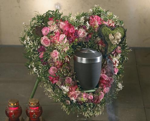 Trauerfloristik Grabschmuck Urnenkranz Herzform, rosa Rosen