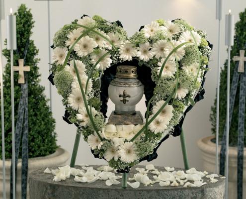 Trauerfloristik Grabschmuck, Urnenkranz Herzform weiß, Gerbera