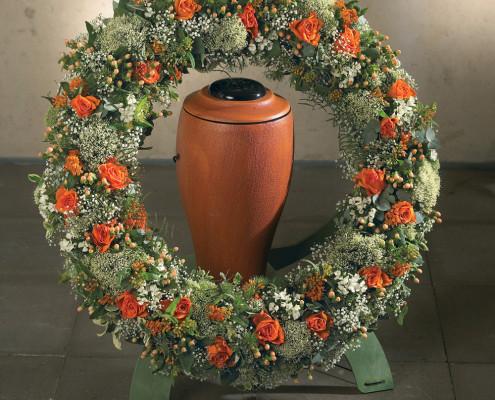 Trauerfloristik Grabschmuck, Urnenkranz orange, weiß, Rosen, Schleierkraut
