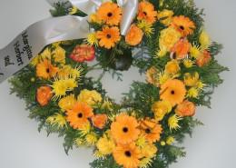 Grabschmuck Kranz Herzform, gelb-orange, Gerbera, Rosen, Chrysanthemen