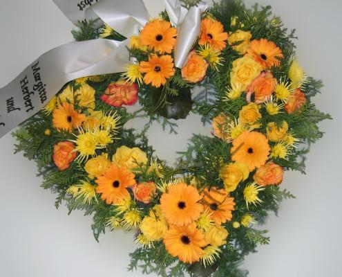 Trauerfloristik Grabschmuck Kranz Herzform, gelb-orange, Gerbera, Rosen, Chrysanthemen