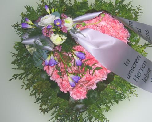 Trauerfloristik Grabschmuck Kissen Herzform, mit Gesteck, Nelken, Freesien, Rosen, rosa