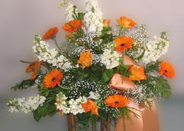 Grabschmuck Gesteck orange-weiß, Rosen, Levkoje, Gerbera