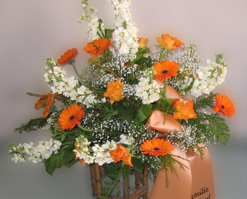 Trauerfloristik Grabschmuck Gesteck orange-weiß, Rosen, Levkoje, Gerbera