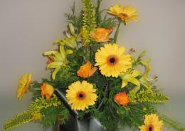 Grabschmuck Gesteck gelb, orange, Lilien, Rosen, Gerbera