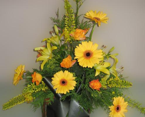 Trauerfloristik Grabschmuck Gesteck gelb, orange, Lilien, Rosen, Gerbera