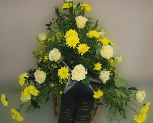 Trauerfloristik Grabschmuck Gesteck gelb, Rosen, Chrysanthemen