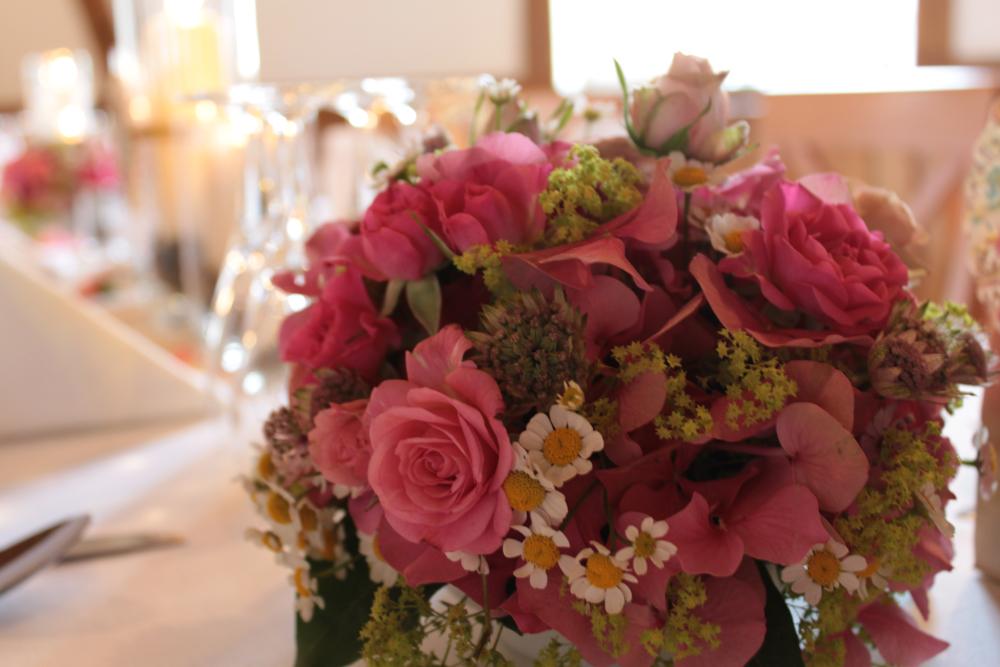 Hochzeitsfloristik Tischschmuck Rundes Gesteck Rosa, Rosen, Hortensien