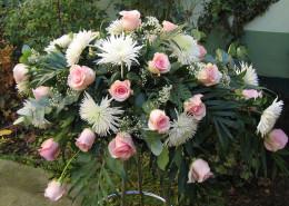 Sargschmuck, Gesteck, Rosen, Chrysanthemen, rosa, weiß