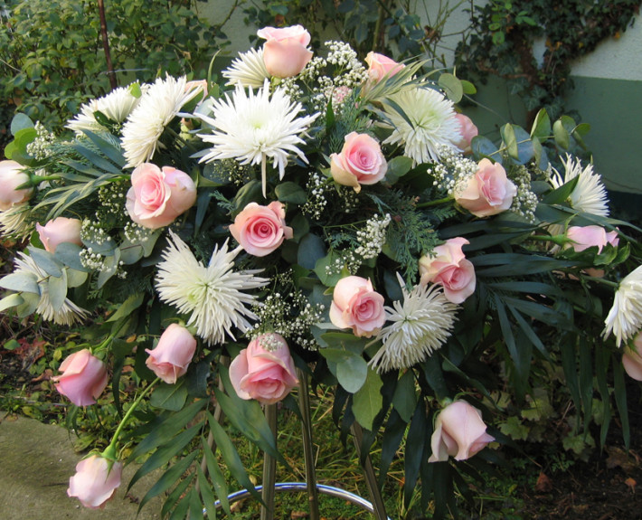 Trauerfloristik Sargschmuck, Gesteck, Rosen, Chrysanthemen, rosa, weiß