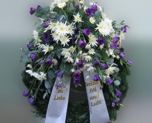 Trauerfloristik Grabschmuck Kranz mit Gesteck, blau-weiß, Chrysanthemen, Eustoma