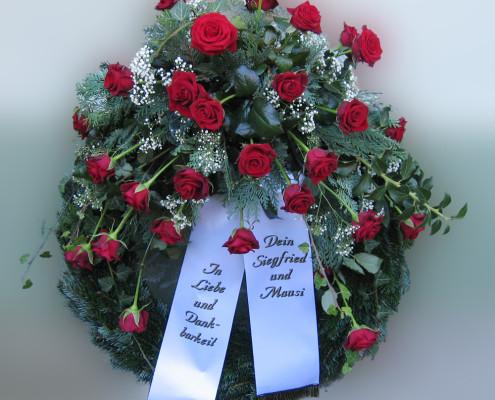 Trauerfloristik Grabschmuck, Kranz mit Gesteck, Rosen rot