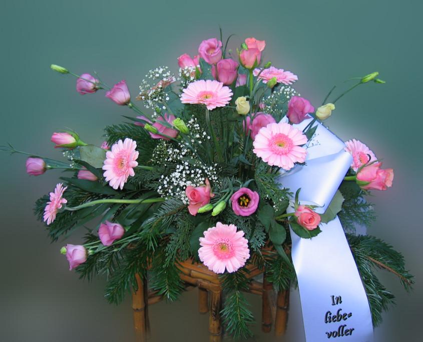 Trauerfloristik Grabschmuck Gesteck Gerbera, Rosen, rosa