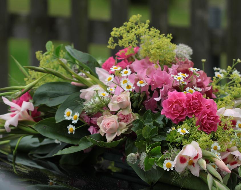Hochzeitsfloristik Autoschmuck rosa Rosen, Hortensien
