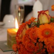 Hochzeit Tischschmuck, Gerbera und Rosen, orange