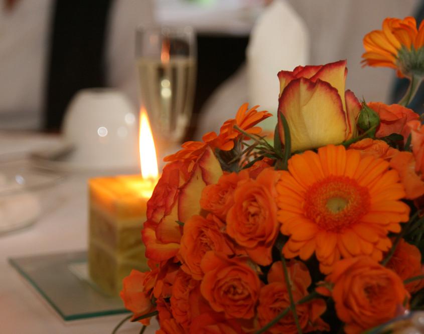 Hochzeitsfloristik Tischschmuck, Gerbera und Rosen, orange