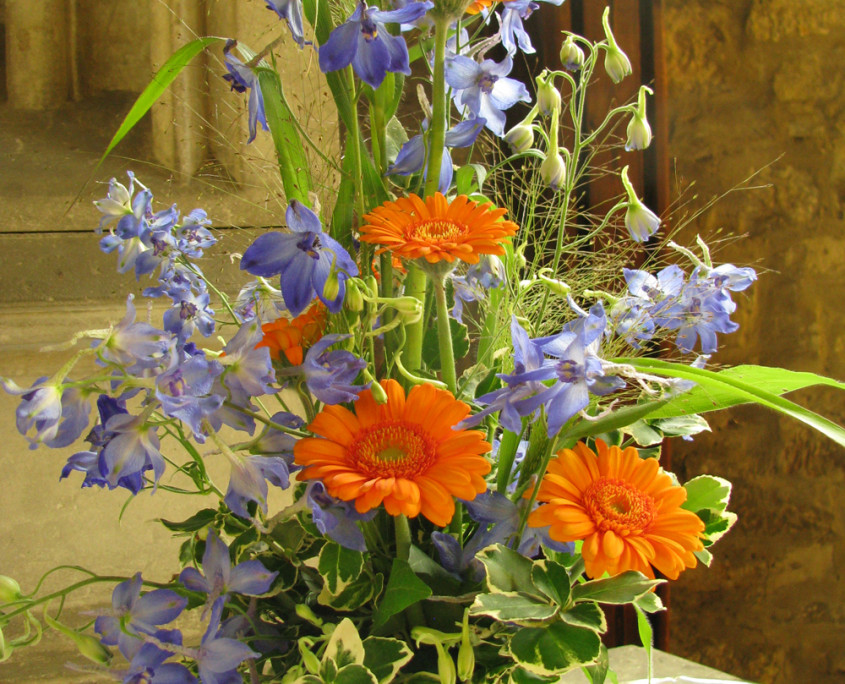 Hochzeitsfloristik Altarschmuck Gerbera, Delphinium, orange, blau