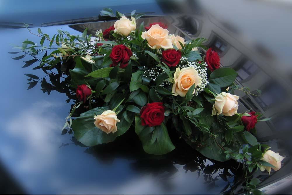 Hochzeitsfloristik Autoschmuck Rosen, rot-cremeweiß