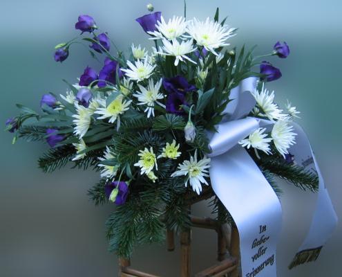 Trauerfloristik Grabgesteck, blau, weiß, Chrysanthemen, Eustoma