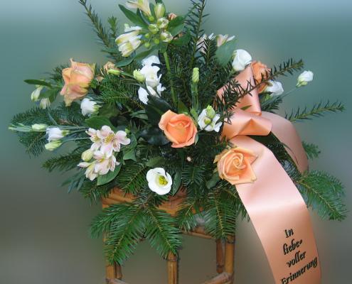 Trauerfloristik Grabgesteck, orange, weiß, Rosen, Eustoma