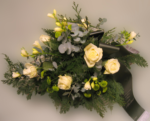 Trauerfloristik Grabgesteck, Rosen, Freesien, cremeweiß