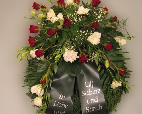 Trauerfloristik Grabkranz mit Gesteck, Rosen, Eustoma, rot-weiß