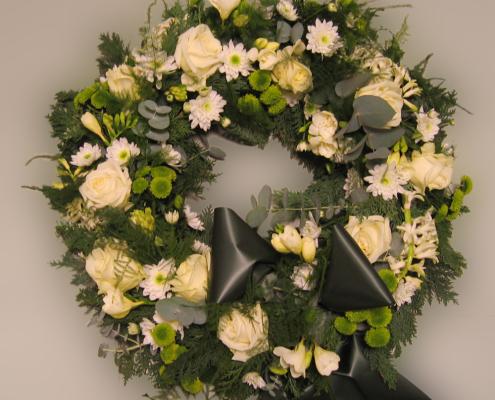 Trauerfloristik Grabkranz osen, Chrysanthemen, Flieder, cremeweiß, grün